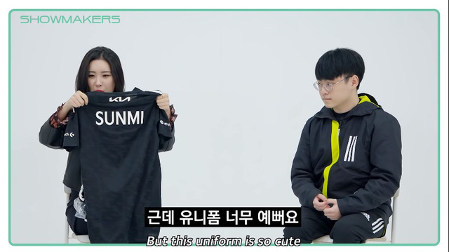 ShowMaker tặng áo đấu cho Sunmi